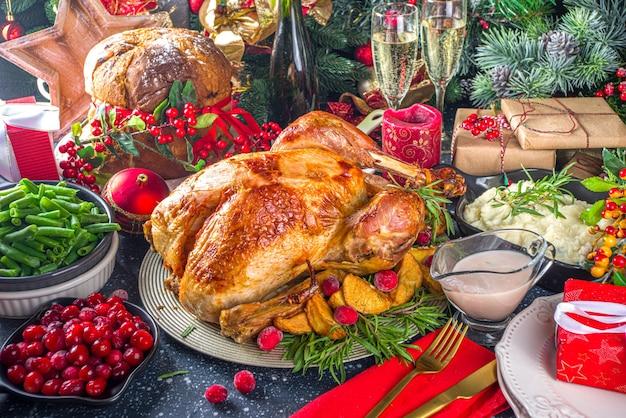 Jantar de peru de natal ou ano novo com vários ingredientes