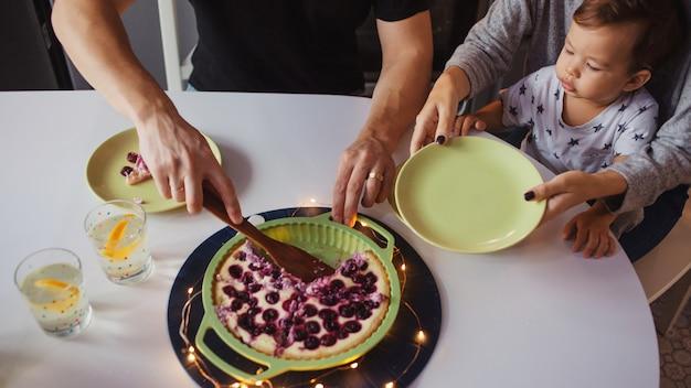 Jantar em família, pai mãe e bebê em casa na cozinha.