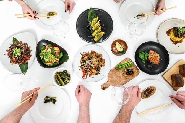 Jantar familiar e amigável ao estilo asiático