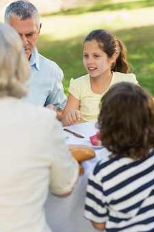 Jantar familiar na mesa ao ar livre
