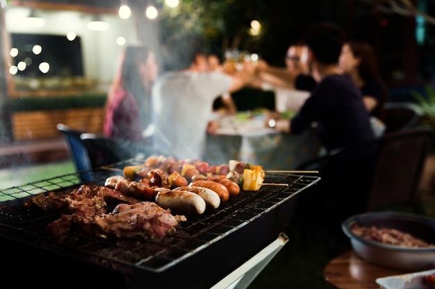 Jantar festivo, churrasco e porco assado à noite