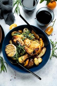 Jantar festivo com frango assado e batatas para fotografia de comida