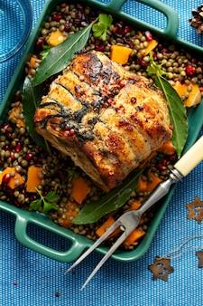 Jantar festivo de feriado com fotografia de alimentos de presunto assado