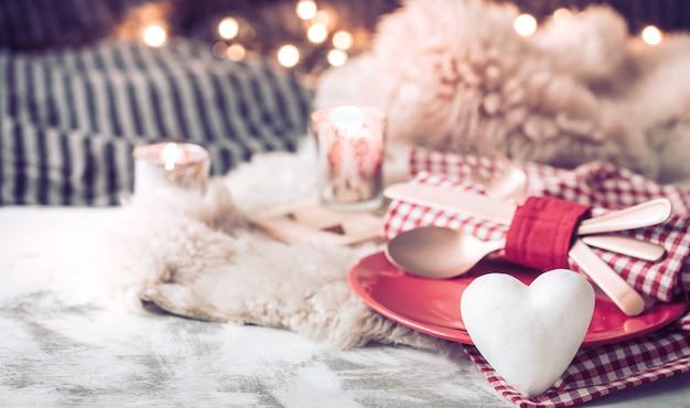 Jantar festivo do dia dos namorados em uma mesa de madeira talheres