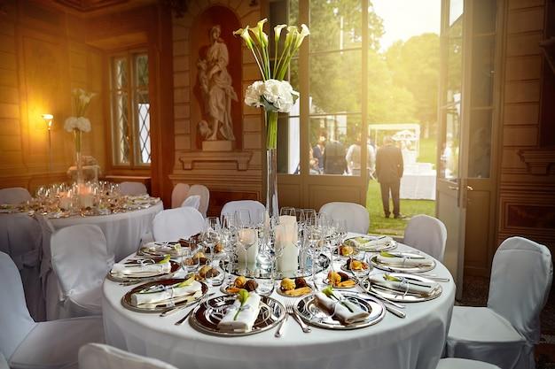 Jantar festivo em um restaurante de luxo com vista para o pátio