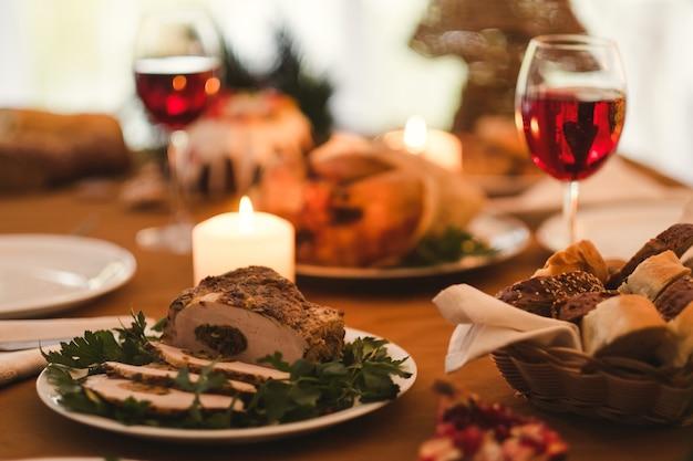 Jantar festivo no restaurante para casal. comida deliciosa e tradições da cozinha.