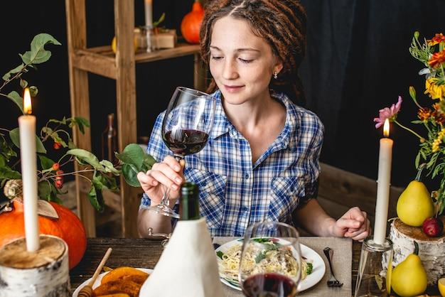 Jantar fofo de fim de semana com vinho tinto e macarrão