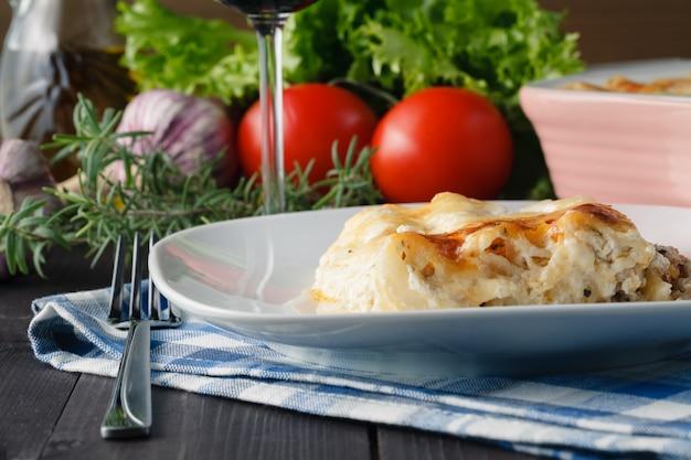 Jantar mediterrâneo com lasanha