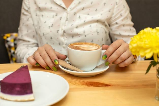 Jantar mulher, com, cheessecake, e, café, em, restaurante