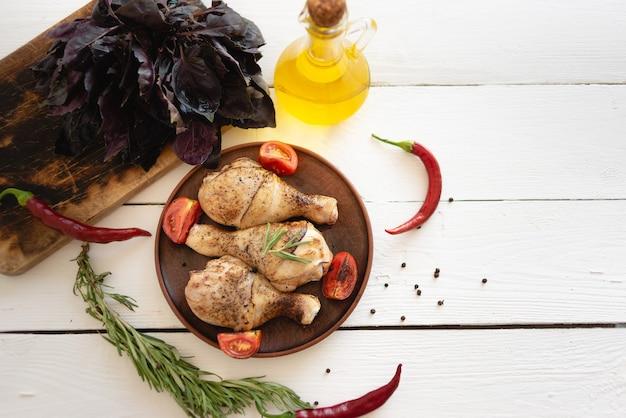 Jantar para toda a família, coxas de frango saborosas e suculentas fritas no forno, aroma de ervas frescas, manjericão e alecrim, marinada de carne