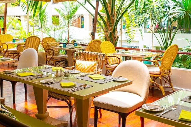 Jantar posta na mesa em café restaurante