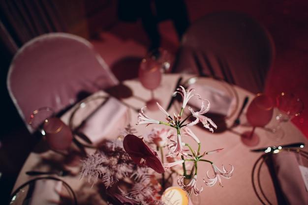 Jantar romântico com decoração rosa em restaurante