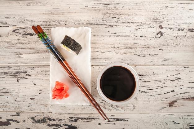Jantar romântico para dois no estilo chinês e copie o espaço.