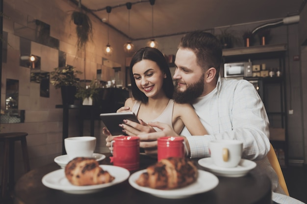Jantar romântico para um casal apaixonado em um café