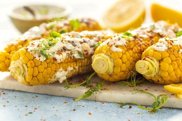 Jantar vegano com espiga de milho grelhado