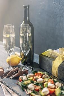 Jantar vegetariano romântico para dois no dia dos namorados com champanhe e salada