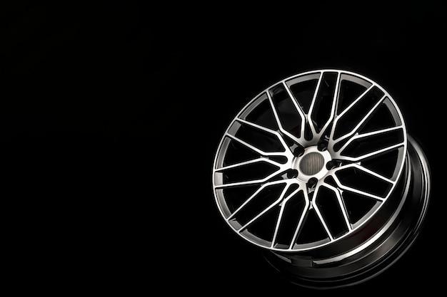 Jantes de liga preta, disco de alumínio com cobertura em fibra de carbono. peso leve e design moderno e legal. copiar espaço maket