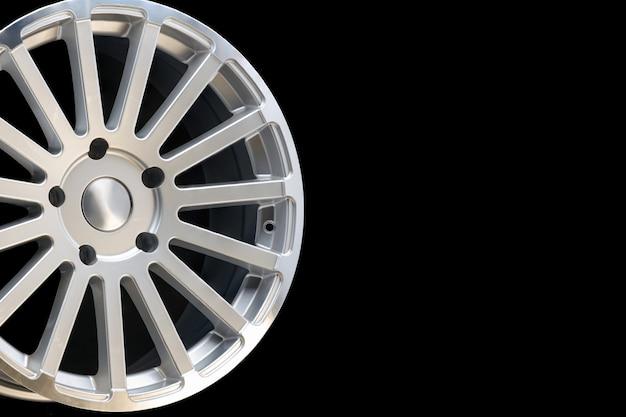 Jantes de veículo novas feitas de liga de alumínio, roda de prata com raios múltiplos, close-up sobre um fundo preto, espaço de cópia.