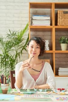Japanese designer no local de trabalho