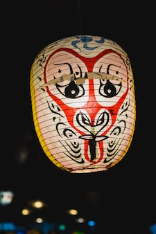 Japanese kabuki noh máscara de lâmpada em fundo escuro
