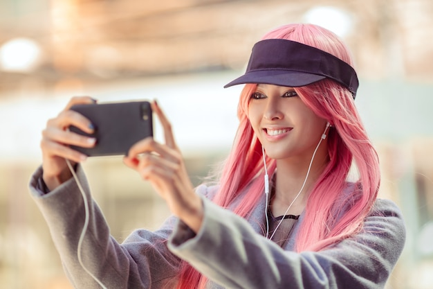 Japão anime cosplay. menina asiática da moda ao ar livre.