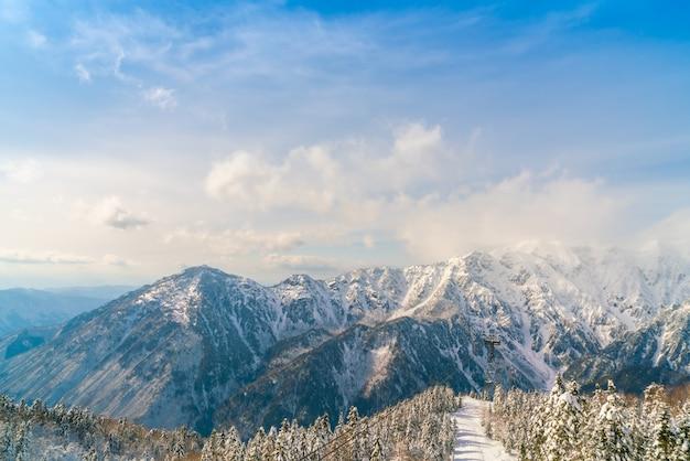 Japão da montanha do inverno com neve cobriu