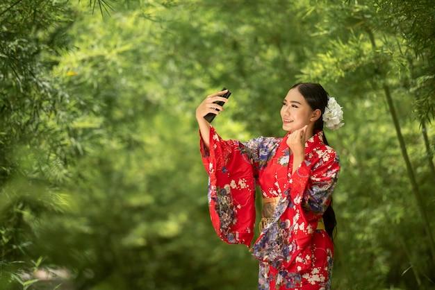 Japão garota tradicional uniforme kimona