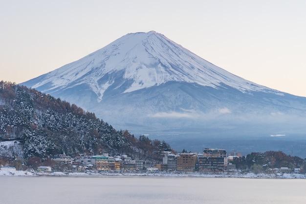 Japão, montanha de fuji, lago kawaguchiko na tarde de outono, com efeito de luz solar quente criou reflexão realce a sombra na montanha, terra, lago e edifício