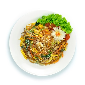 Japonês japchae mexa macarrão aletria frito com legumes misturados