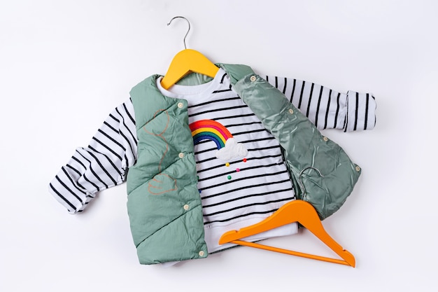 Jaqueta colete com jaqueta listrada em fundo branco. casacos infantis elegantes. roupa infantil da moda