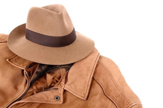 Jaqueta de couro e chapéu