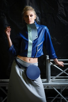 Jaqueta de couro grande oversized e saia com bolsa de cintura
