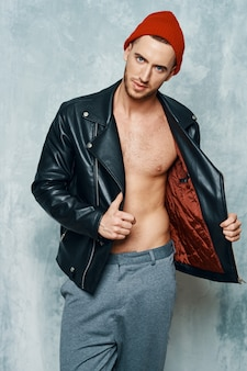 Jaqueta de couro masculina atraente posando de modelo de estúdio com tronco nu