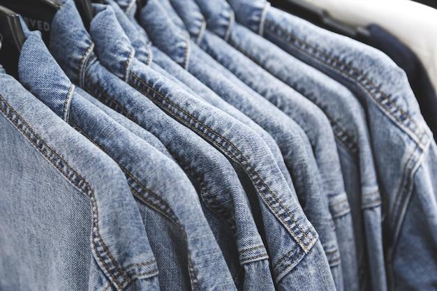 Jaqueta de moda jeans em cabides.