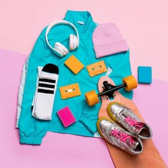 Jaqueta esportiva vintage e acessórios. chapéu, tênis, fones de ouvido roupas elegantes mínimas se divertem acessórios retrô festa