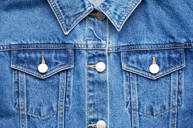 Jaqueta jeans azul, postura lisa.