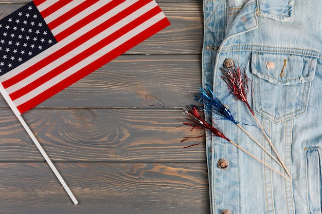 Jaqueta jeans com bandeira e decoração