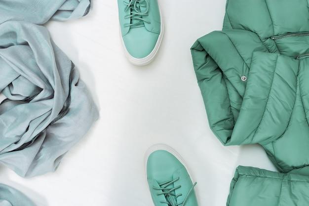 Jaqueta, sapatos confortáveis e palantino acolhedor.