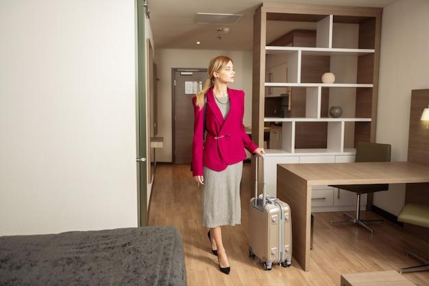 Jaqueta vermelha. próspera empresária usando um casaco vermelho em viagem de negócios em outro país