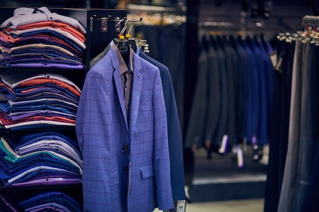 Jaquetas masculinas em cabides na loja masculina