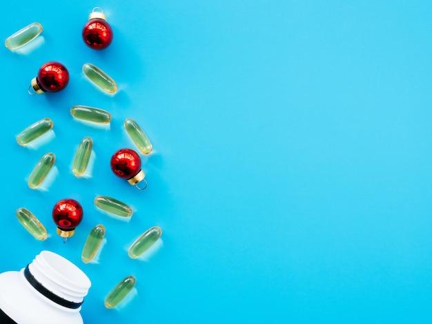 Jar com comprimidos e decorações de natal