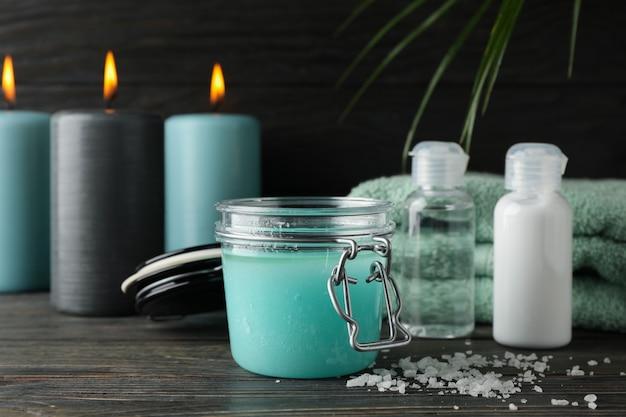 Jar com esfoliante e spa suprimentos em fundo de madeira, close-up