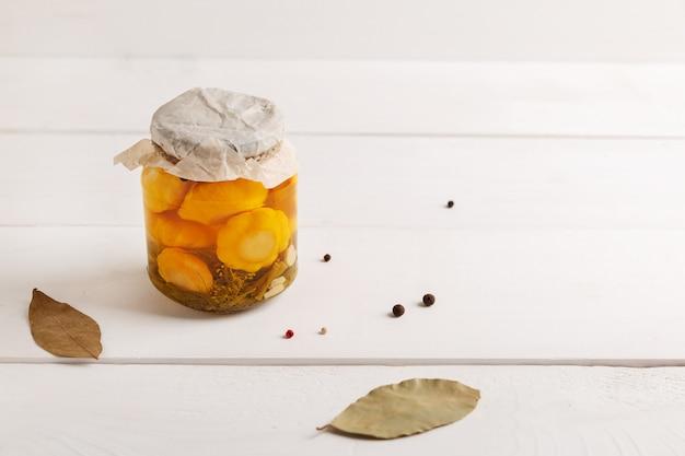 Jar com legumes enlatados em fundo branco