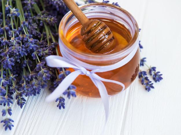 Jar com mel e flores frescas de lavanda