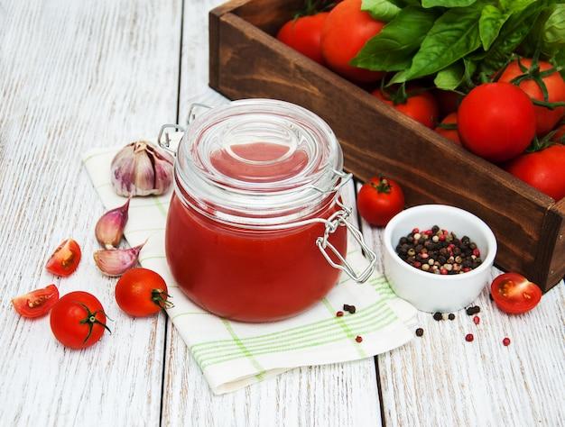 Jar com molho de tomate