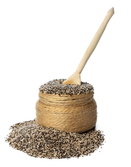 Jar com sementes de chia, isoladas no branco