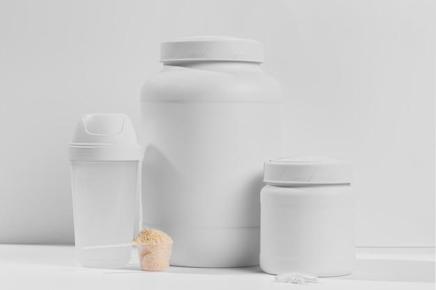 Jar com suplementos em pó para academia na mesa