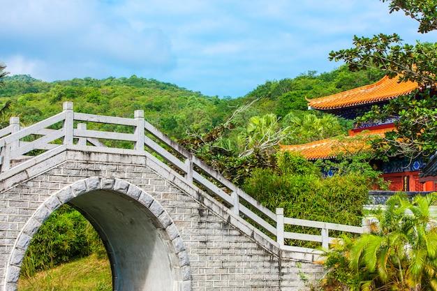 Jardim chinês e edifício decorativo.