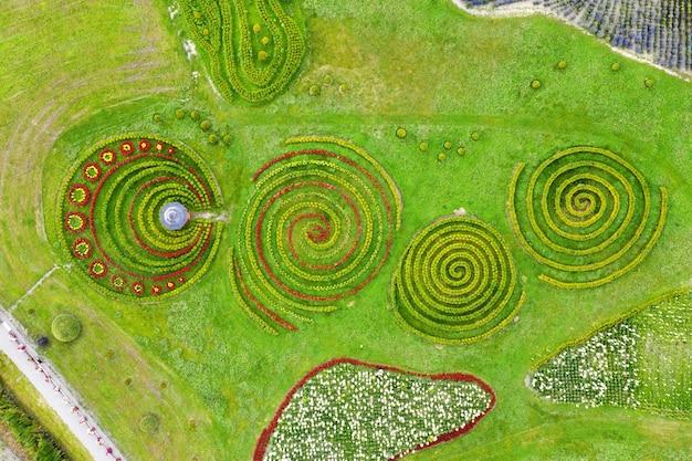 Jardim com arbustos em forma de espiral e coreto.