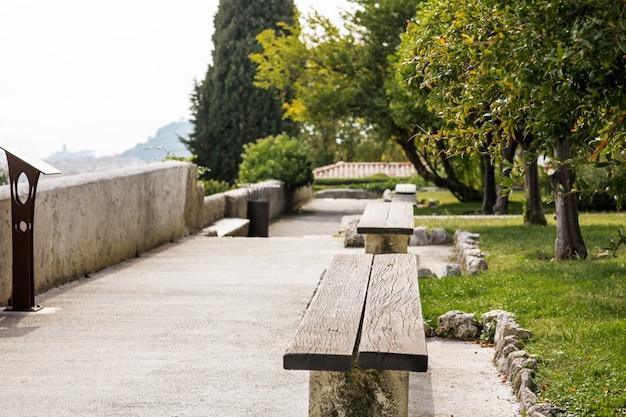 Jardim com bancos em um mosteiro na colina de cimiez em nice, frança